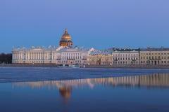 Englische Damm-und Heilig-Isaacs Kathedrale, St Petersburg a Lizenzfreie Stockfotos