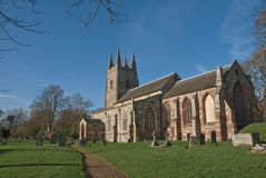 Englische Dorf-Kirche im Winter Stockbilder