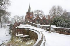 Englische Dorfbrücke im Winterschnee. Stockbild
