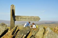 Englische Landschaft: Leute, Zeichenpfosten auf die Hügeloberseite Lizenzfreies Stockfoto