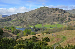 Englische Landschaft: Spur unten, See, Berg Stockfotografie