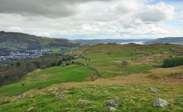 Englische Landschaft: Tal, See, Hügel, Dorf lizenzfreies stockbild