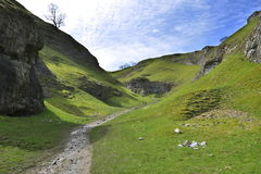 Englische Landschaftlandschaft: Hügel, Spur, Klippe Lizenzfreie Stockfotografie