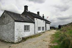 Englische Landschaftlandschaft: Haus, Spur, Markierungsfahne Stockfotos