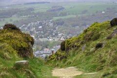 Englische Landschaftlandschaft: Häuser, Spur, Busch Lizenzfreie Stockbilder