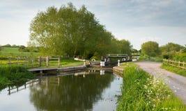 Englische Landszene mit Kanal und Schleusentoren Stockfotos