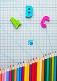 Englische lateinische Buchstaben von Alphabet farbigen Bleistiften Stockfotos
