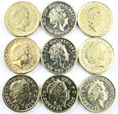 Englische Münzen auf quadratischer Form Stockbild