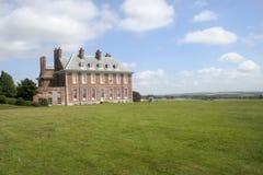 Englische Villa und Himmel Stockfotos