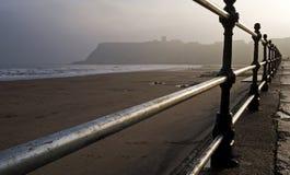 Englischer Badeort auf einem nebelhaften Morgen Lizenzfreies Stockbild
