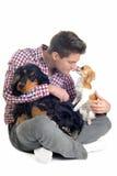 Englischer Cockerspaniel, Chihuahua und Mann Lizenzfreies Stockbild