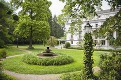 Englischer Garten mit Hotel im Hintergrund Stockbild