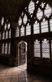 Englischer Kathedralen-Steinboden, -wände, -glas und -licht, die durch alte Holztür kommt Lizenzfreies Stockfoto
