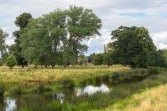 Englischer Landschaftsstrom mit Kathedrale im Abstand Lizenzfreie Stockbilder