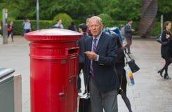 Englischer Mann, der einen Brief, London sendet Stockbild