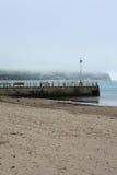 Englischer Pier an einem nebeligen Tag Stockbilder