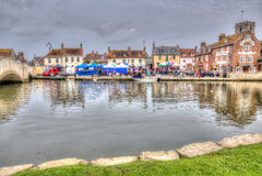 Englischer Stadtmarkt Wareham Dorset mit den Leuten und Ställen aufgestellt auf dem Fluss Frome nahe Poole in buntem HDR stockfotos