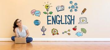 Englischer Text mit der jungen Frau, die eine Laptop-Computer verwendet Stockfotos