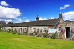 Englisches Dorf an einem Sommer-Tag Stockbilder