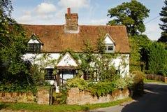 Englisches Dorfhäuschen und -garten Lizenzfreie Stockfotos