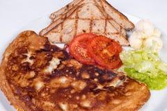 Englisches Frühstück mit durcheinandergemischten Eiern, Tomaten Stockfoto