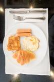 Englisches Frühstück mit Spiegeleiern, Toast, Hörnchen Stockbild