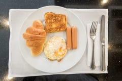 Englisches Frühstück mit Spiegeleiern, Toast, Hörnchen Stockbilder