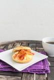 Englisches Frühstück Salzmuffin mit durcheinandergemischten Eiern, Speck und ch Stockbild