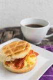 Englisches Frühstück Salzmuffin mit durcheinandergemischten Eiern, Speck und ch Lizenzfreie Stockfotos