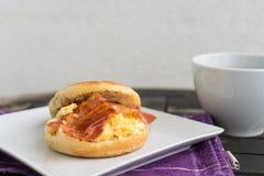 Englisches Frühstück Salzmuffin mit durcheinandergemischten Eiern, Speck und ch Stockfotografie
