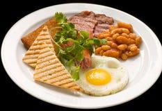 Englisches Frühstück: Spiegelei, Speck, Bohnen und Toast auf einer Platte lizenzfreie stockfotografie