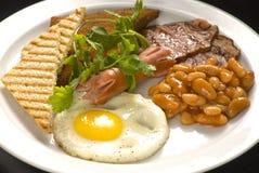 Englisches Frühstück: Spiegelei, Speck, Bohnen und Toast auf einer Platte stockfoto