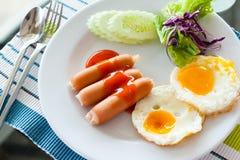 Englisches Frühstück - Spiegeleier, Würste Stockfotografie