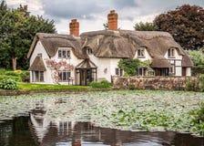 Englisches Häuschen mit Teich im Dachs, Shropshire Lizenzfreies Stockfoto