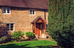 Englisches Haus in der klassischen rustikalen Art Lizenzfreies Stockfoto
