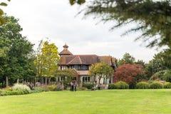 Englisches Haus des traditionellen Landes, London Stockfotos