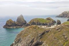 Englisches Küste wirg sandiger Strand, Felsen am dunstigen Tag Stockbilder