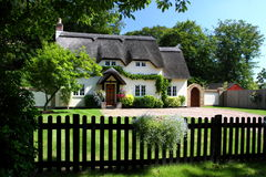 Englisches Land-Häuschen Stockfotos