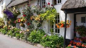 Englisches Landhäuschen gedeckt mit Blumen Lizenzfreie Stockfotografie