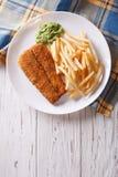 Englisches Lebensmittel: gebratene Fische im Teig mit Chips Vertikale Draufsicht lizenzfreies stockfoto