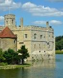 Englisches mittelalterliches Schloss mit Burggraben Stockbilder