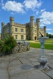 Englisches mittelalterliches Schloss mit Sonnenuhr Lizenzfreie Stockfotos
