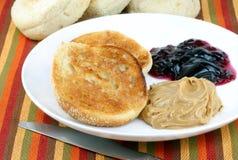Englisches Muffin mit Erdnussbutter und Gelee lizenzfreies stockbild