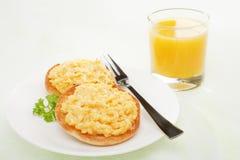 Englisches Muffin mit Sctrambled Ei stockbilder