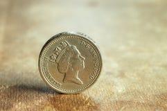 Englisches Pound auf dem alten Buch. Lizenzfreies Stockfoto