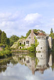 Englisches romantisches Schloss mit Reflexionen im Wasser Lizenzfreie Stockfotos
