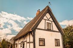 Englisches traditionelles Häuschen in Shakespeare-Grafschaft stockbild