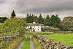 Englisches weißes Häuschen im Waldland lizenzfreie stockfotos