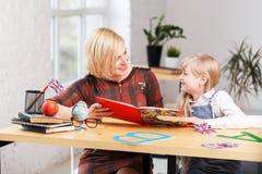 Englischlehrer mit Kind Stockfotos