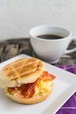 English breakfast. Salt muffin with scrambled eggs, bacon and ch Royalty Free Stock Photos
